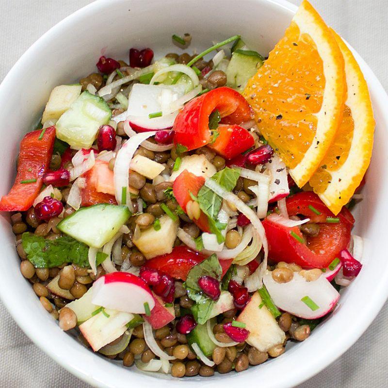 Salat mit Granatapfel, Orangen, Linsen und Rucola