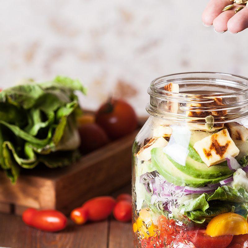 Rote Bete-Salat im Glas, mit Avocado & Ziegenkäse