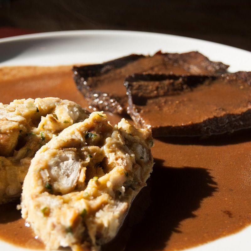 Rinderbraten mit Brezen-Knödel und Lebkuchensauce