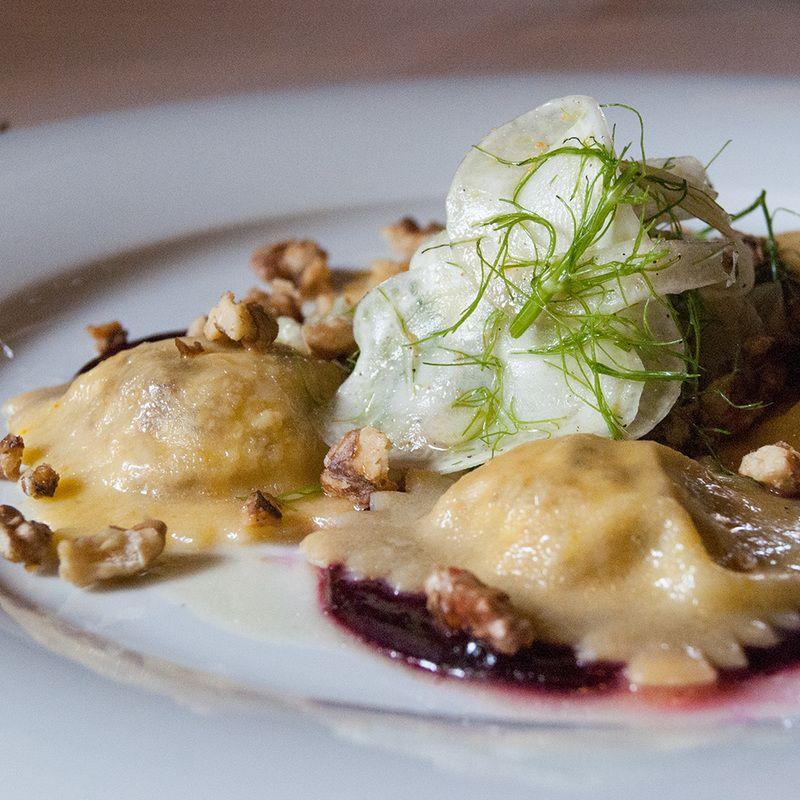 Lebkuchen-Ravioli mit Rote Bete-Butter, Walnüssen und Fenchel