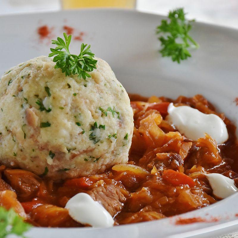 Vegetarische Käseknödel mit Pilzragout