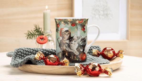 Porzellantasse gefüllt mit Schokokugeln