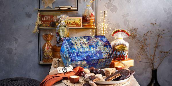 Metalltruhe mit weihnachtlichen Spezialitäten