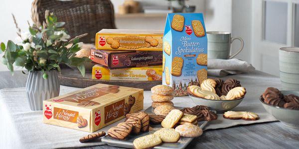 Jeweils eine Packung Butterspritzgebäck, Kakaospritzgebäck, Eierlikör-Törtchen und Nougat Herzen