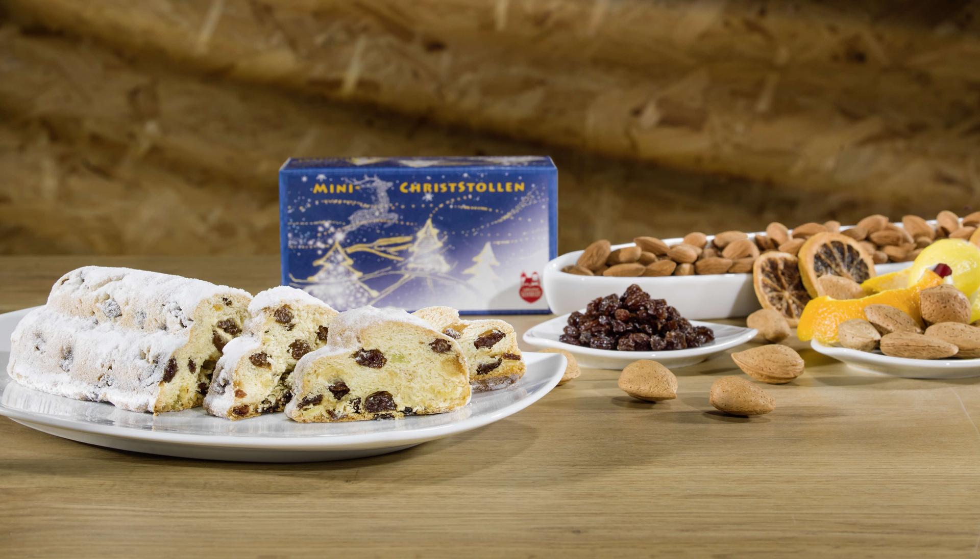 Lebkuchen-Schmidt Mini Christstollen serviert auf eine Teller