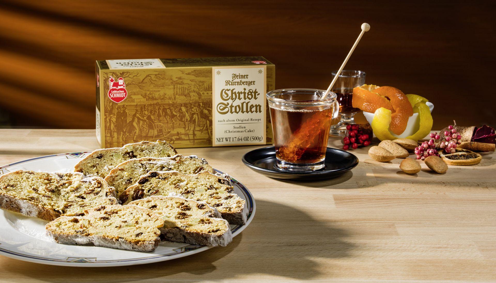 Lebkuchen-Schmidt Feiner Nürnberger Christstollen serviert auf einen Teller