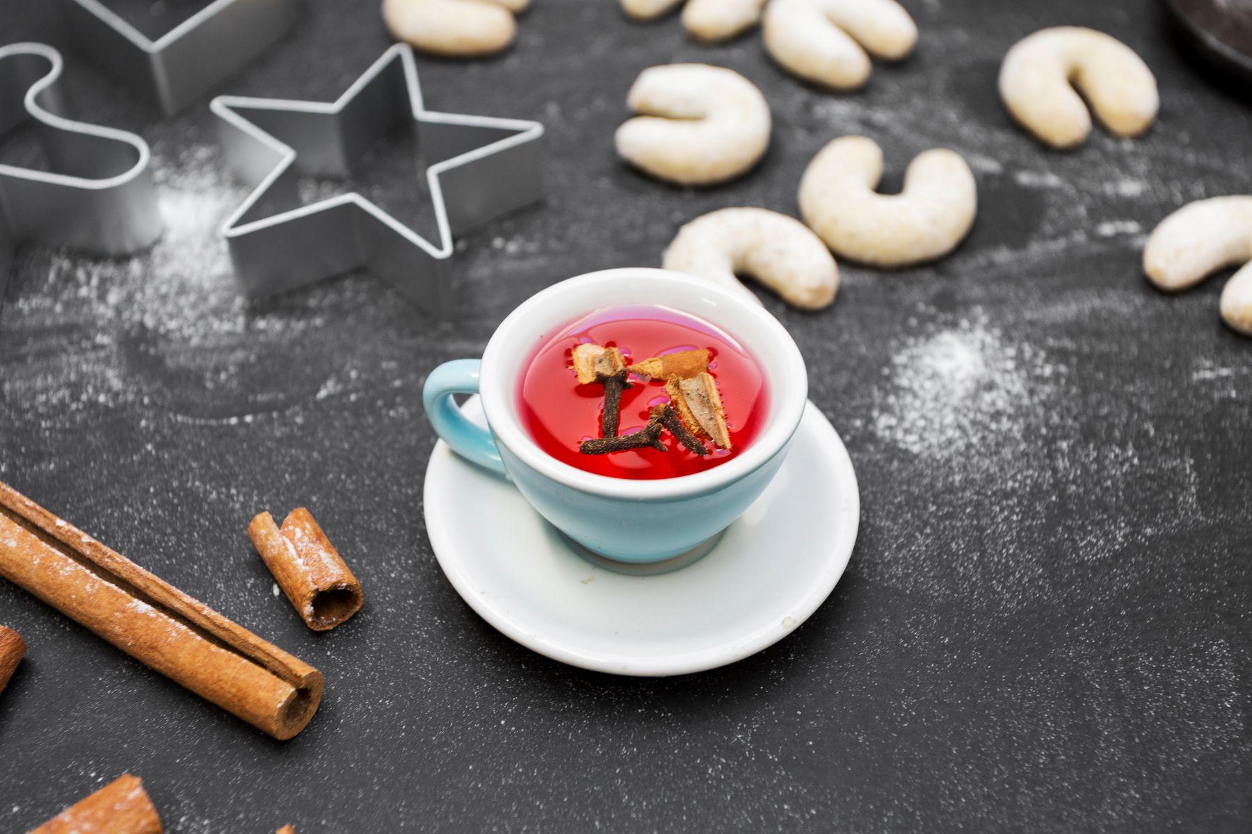 Tee mit Vanillekipferl im Hintergrund