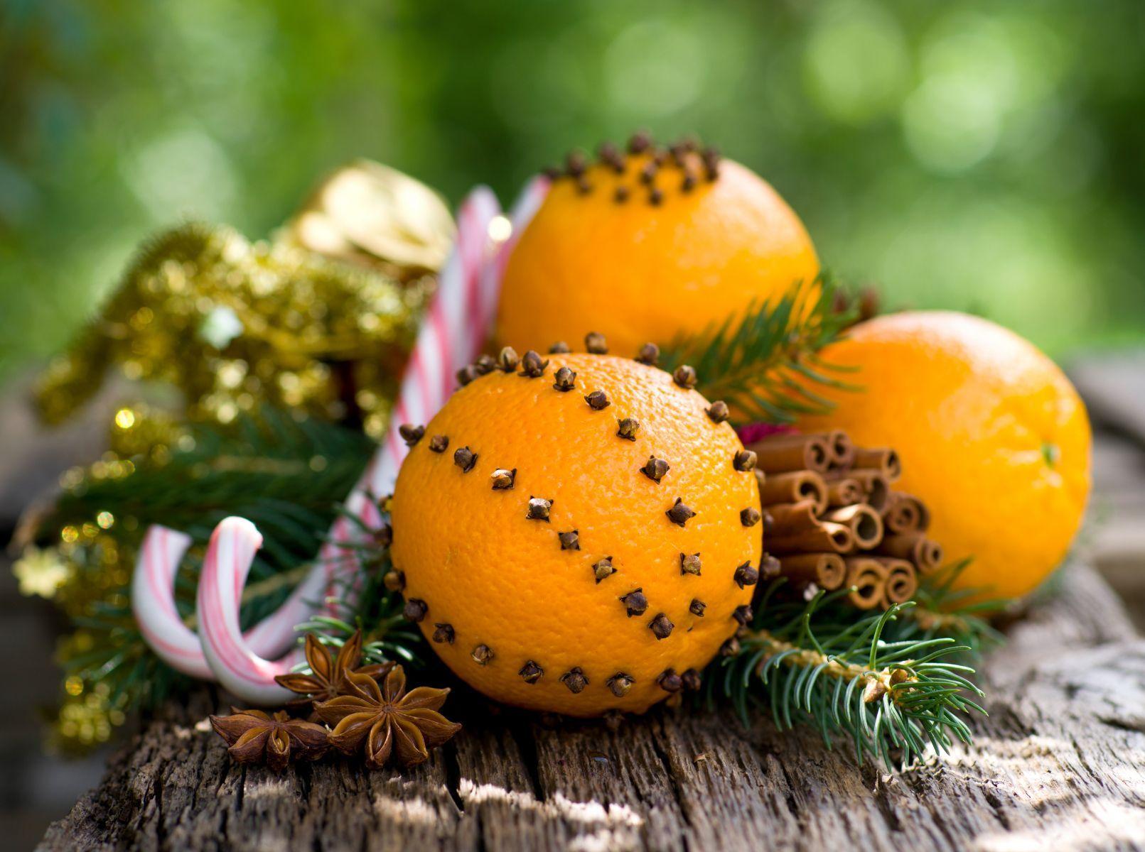 Gewürznelken schön dekoriert auf Orangen