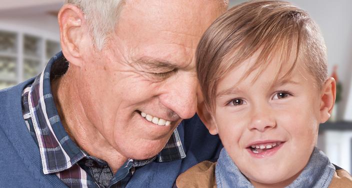 Lächelnder Großvater mit Enkelkind