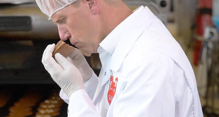 Lebkuchen-Schmidt Mitarbeiter riecht an Lebkuchen