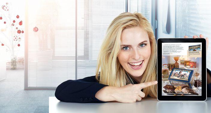 Frau zeigt mit Finger auf Tablet mit der Darstellung der Lebkuchen-Schmidt Webseite