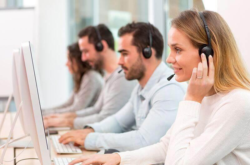 Mitarbeiter von Lebkuchen Schmidt machen Telefonsupport