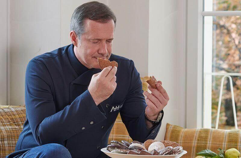 Alexander Herrmann genießt einen ofenfrischen Lebkuchen von Lebkuchen Schmidt