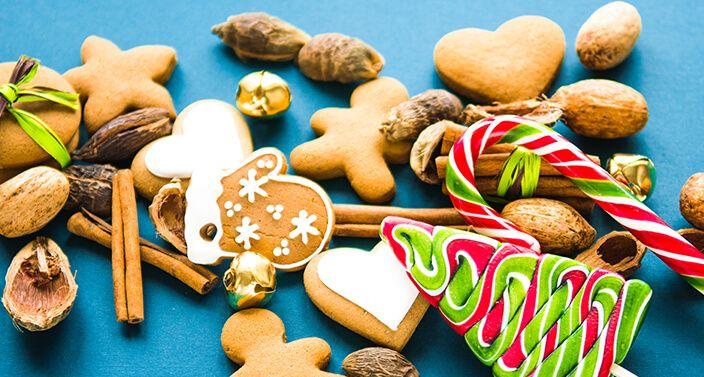 Weihnachtliche Plätzchen mit Zimtstangen