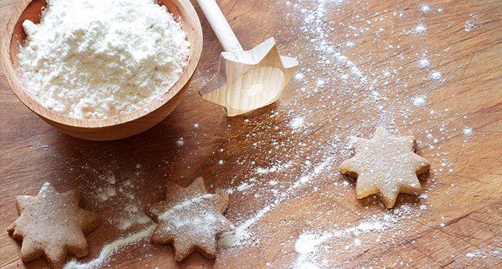 Eine Schüssel mit Mehl und Plätzchen