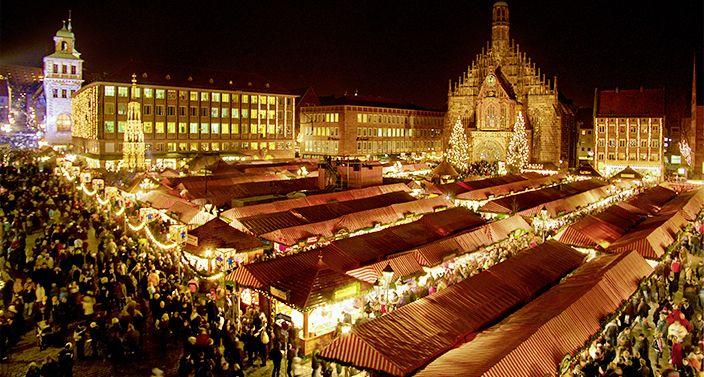 Traditioneller Nürnberger Christkindlesmarkt bei Nacht
